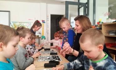 Priešmokyklinukai mokėsi žaisti šaškėmis